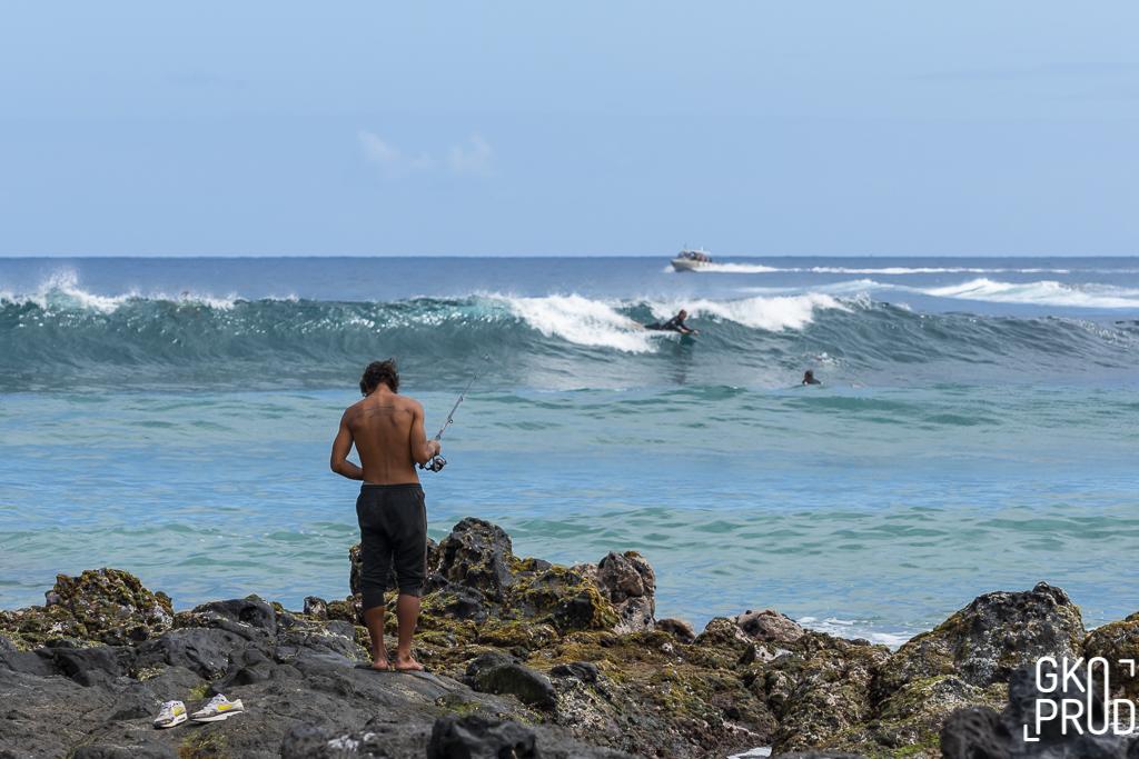Pêcheur et surfeurs à Trois Bassins photo Gko prod
